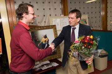 Arno ontvangt de bloemen