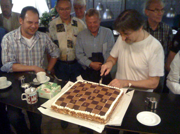 Ted Barendse snijdt de jubileumtaart aan
