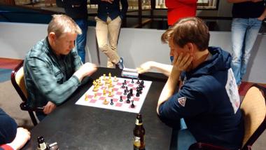 Gert Legemaat met wit tegen Martin Glimmerveen tijdens de barrage